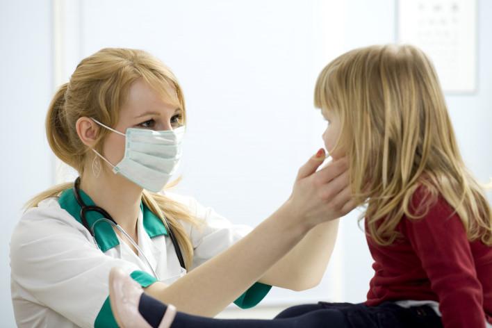dziewczynka u lekarza