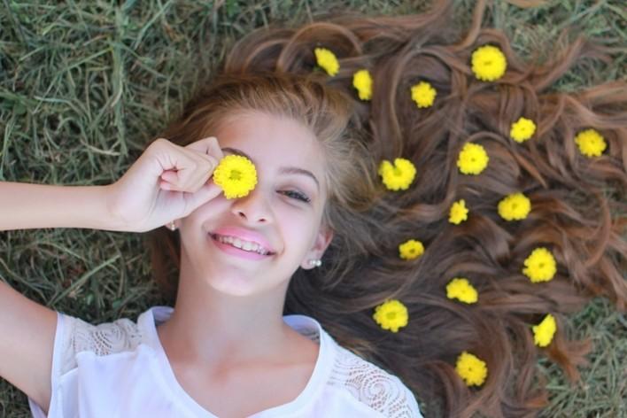 nastolatek-z-kwiatkiem